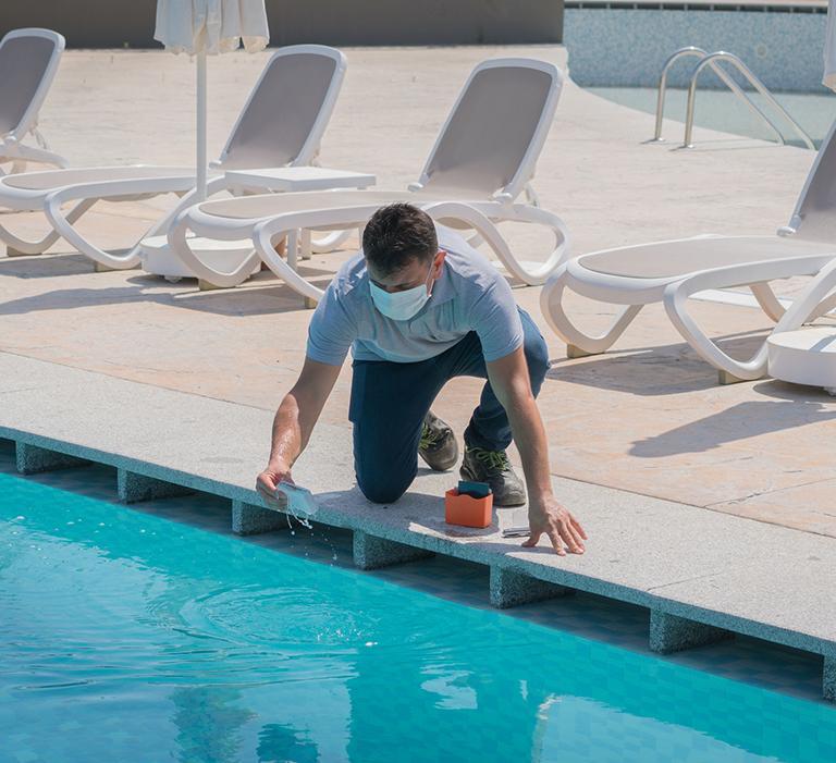 człowiek przy basenie
